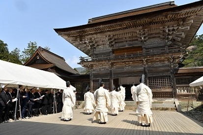 Izumo priests perform ritual in white robes at the newly built Grand Palace of Heisei